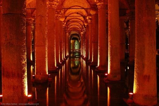 Hầm chứa nước Basilica là hầm lớn nhất ở Istanbul, được dùng để trữ nước thế kỉ 6.(Nguồn: Internet)