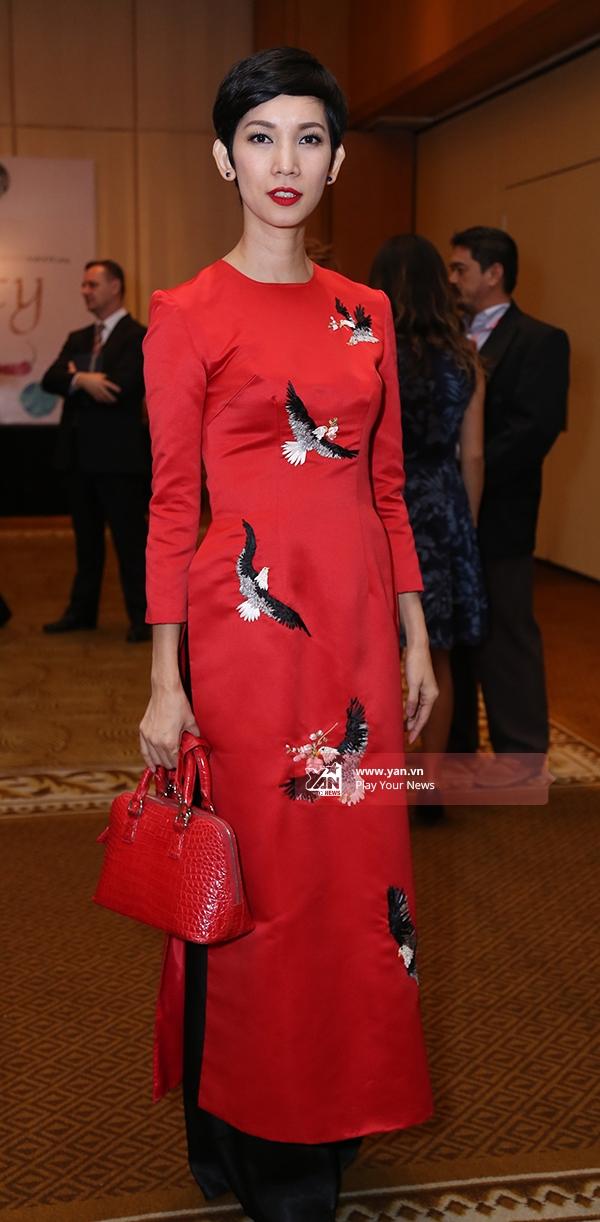 Siêu mẫu Xuân Lan nền nã trong tà áo dài đỏ nổi bật - Tin sao Viet - Tin tuc sao Viet - Scandal sao Viet - Tin tuc cua Sao - Tin cua Sao