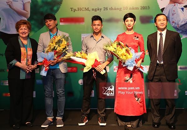 3 nghệ sĩ lên sân khấu nhận hoa từ BTC - Tin sao Viet - Tin tuc sao Viet - Scandal sao Viet - Tin tuc cua Sao - Tin cua Sao