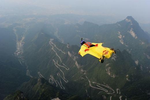 Đây là 1 trong 16 người từ 12 nước tham gia nhảy dù trong một sự kiện thể thao của Trung Quốc. Được biết, điểm xuất phát là ngọn núi nổi tiếng Thiên Môn Sơn. (Ảnh: Stringer)