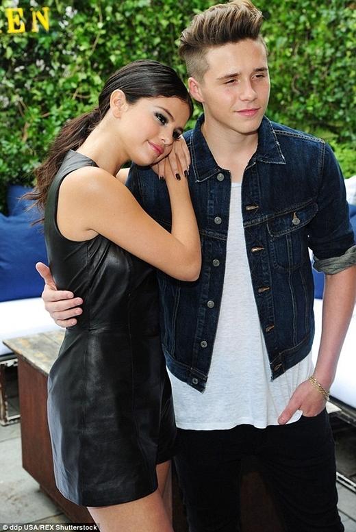 Trước đó, cậu cả Brooklyn cũng đã thừa nhận tình cảm dành cho nữ ca sĩ - diễn viên Selena Gomez nhưng đã bị nàng từ chối vì cậu còn rất trẻ con.(Ảnh: Internet)
