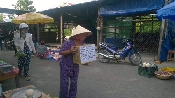 Hình ảnh mẹ vợ anh Quang gần 80 tuổi đang dầm mưa dãi nắng đi xin tiền để chữa bệnh cho con rể khiến nhiều người xúc động. Ảnh: FB