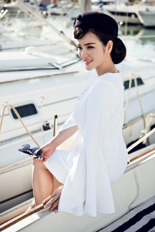 Mới đây, Lý Nhã Kỳ tiếp tục khiến giới mộ điệu thời trang nước nhà trầm trồ khi diện bộ váy trắng đơn giản trên một du thuyền hạng sang tại Paris. Thiết kế tạo điểm nhấn bởi phần tay loe cùng đường xẻ ngực sâu chừng mực.