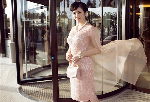 Thiết kế có tông hồng pastel mang đến vẻ ngoài ngọt ngào, trẻ trung nhưng không kém phần sang trọng cho Lý Nhã Kỳ. Những phụ kiện được cô chọn phối đồng điệu về màu sắc với tổng thể.
