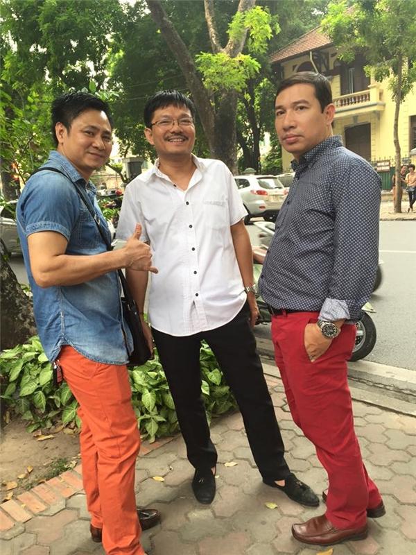 Nghệ sĩ Tự Long và Quang Thắng nổi bật với hai chiếc quần màu sặc sỡ. - Tin sao Viet - Tin tuc sao Viet - Scandal sao Viet - Tin tuc cua Sao - Tin cua Sao