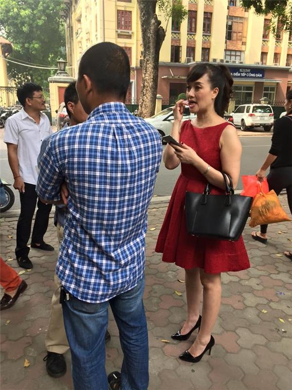 Nghệ sĩ Vân Dung diện đầm đỏ trẻ trung đang ôm khư khư điện thoại. - Tin sao Viet - Tin tuc sao Viet - Scandal sao Viet - Tin tuc cua Sao - Tin cua Sao