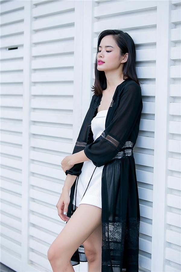 Thu Hiền khéo léo tiết chế sự gợi cảm của bộ jumpsuit ngắn khi diện cùng áo khoác voan dáng dài bên ngoài.