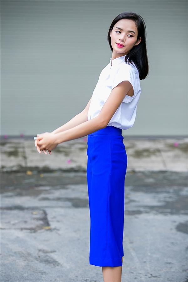 Hai tông màu xanh, trắng mang đến vẻ ngoài trẻ trung, thanh lịch. Thiết kế với phom cổ điển vừa giúp phái đẹp có thể chưng diện đến công sở vừa có thể dử dụng làm trang phục dạo phố.