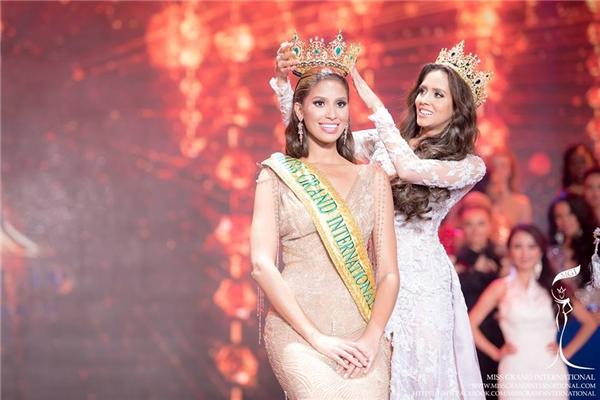 Nhận vương miện từ Hoa hậu năm 2014