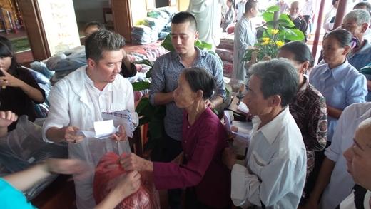 Đàm Vĩnh Hưng tự tay chuẩn bị quà cho người dân vùng xa - Tin sao Viet - Tin tuc sao Viet - Scandal sao Viet - Tin tuc cua Sao - Tin cua Sao