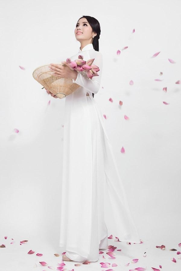 Hoa hậu Kỳ Duyên nhẹ nhàng, điệu đà trong tà áo dài trắng tinh khôi mang đậm âm hưởng truyền thống.