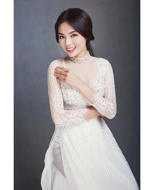 Sự kết hợp giữa ren, vải xuyên thấu cùng chi tiết đính kết giúp cho tà áo dài trắng của Kỳ Duyên trở nên thu hút hơn.