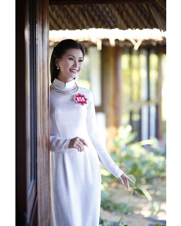 Ngay từ khi tham gia Hoa hậu Việt Nam 2014, áo dài trắng đã được á hậu Diễm Trang lựa chọn cho phần thi trang phục truyền thống. Chất liệu gấm cùng kiềng bạc góp phần mang lại vẻ ngoài cổ điển, thanh lịch cho người đẹp gốc Vĩnh Long.
