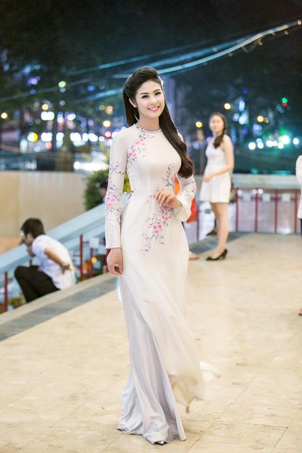 Hoa hậu Ngọc Hân luôn lựa chọn áo dài trắng được điểm xuyết họa tiết hoa bằng kĩ thuật thêu tay truyền thống.