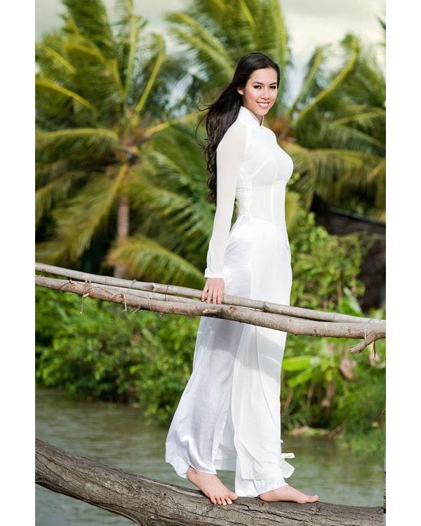 Á hậu Hoàng My khoe khéo đường cong nuột nà trong tà áo dài trắng đơn giản.