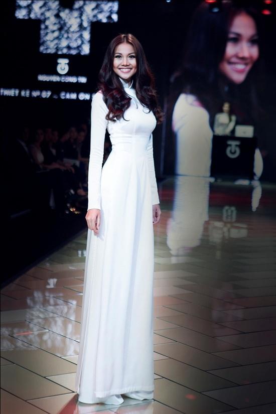 Thanh Hằng xuất hiện với vị trí vedette trong bộ sưu tập No7. Cảm ơn Sài Gòn của người bạn thân nhà thiết kế Nguyễn Công Trí. Với tỉ lệ thân hình cân đối cùng chiều cao vượt trội, Hoa hậu Phụ nữ Việt Nam qua ảnh năm 2000 luôn tạo nên sức hút mãnh liệt khi diện trang phục truyền thống.