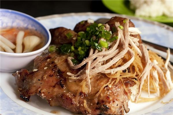 Dù phở là món ăn được bạn bè quốc tế biết đến nhiều nhất, nhưng cơm tấm mớithật sự là món không-thể-bỏ-quakhi đến Việt Nam. (Nguồn: Internet)
