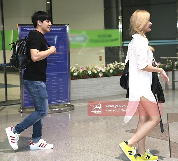 Cặp đôi quay lạikhu vực chờ sân bay để chào tạm biệt fan. - Tin sao Viet - Tin tuc sao Viet - Scandal sao Viet - Tin tuc cua Sao - Tin cua Sao
