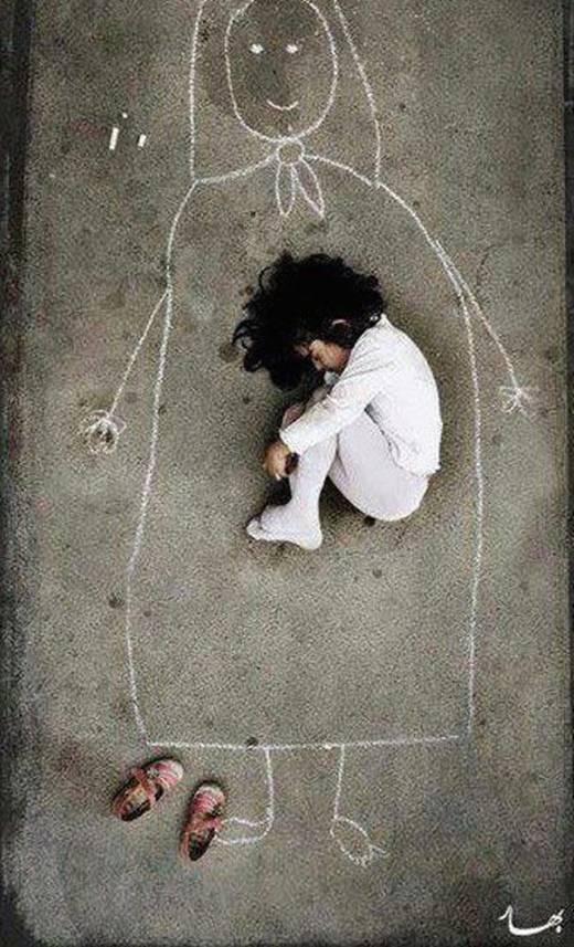 """Cô bé thu mình trong giấc mơ do chính emvẽ ra.Vốn nhỏ nhoi, giản dị, nhưng cả cuộc đời em mãi chẳng thể nào chạm tới – giấc mơ mang tên """"Mẹ"""". (Ảnh: Internet)"""