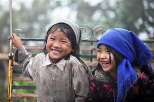 Tuy cuộc sống đầy rẫy những thiếu thốn, khó khăn, nhưng nụ cười hồn nhiên vẫn luôn rạng rỡ trên môi.(Ảnh: Internet)