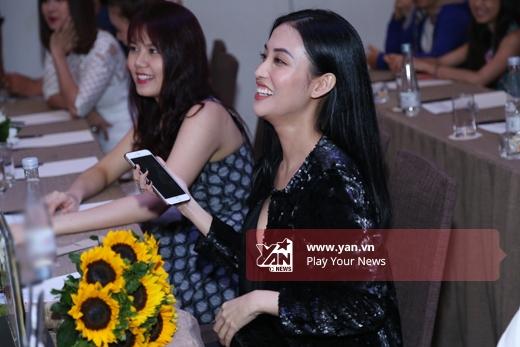 Mai Hồ cười thích thích thú khi theo dõi phần biểu diễn của Trấn Thành - Tin sao Viet - Tin tuc sao Viet - Scandal sao Viet - Tin tuc cua Sao - Tin cua Sao