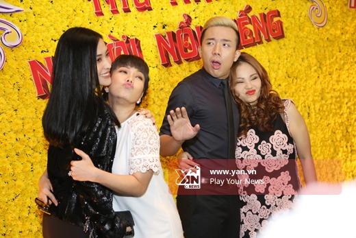 """Các khách mờicùng nhau tạo biểu cảm """"khó đỡ"""" khi chụp ảnh - Tin sao Viet - Tin tuc sao Viet - Scandal sao Viet - Tin tuc cua Sao - Tin cua Sao"""