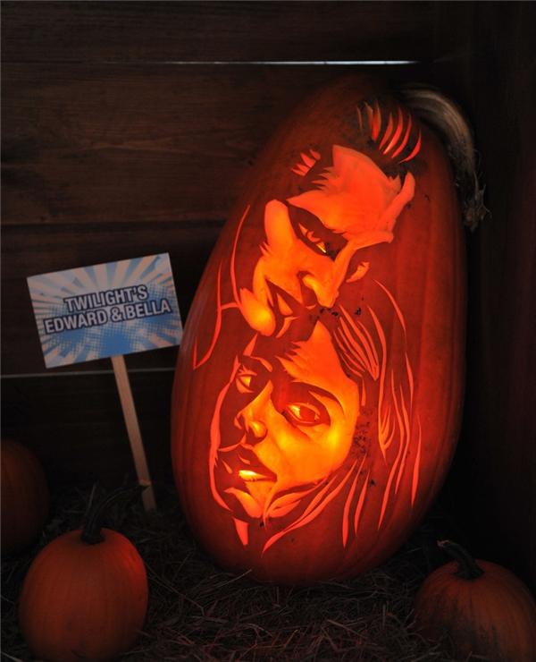 Robert Pattinson và Kristen Stewart (Edward và Bella trong phim Twilight).