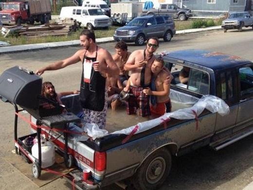 """Tiệc hồ bơi không nhất thiết phải """"sang chảnh"""" hay những cô nàng bikini nóng bỏng. Với các anh trai, chỉ cần đủ công thức: mát + có nước + có tiệc nướnglà vui cả làng. (Ảnh: Innamag)"""