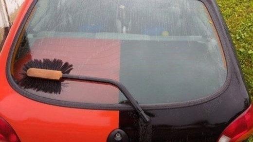 Cây lau nhà gãy thì làm gì? Lắp vào ô tô để gạt nước chứ sao nữa.(Ảnh: Innamag)
