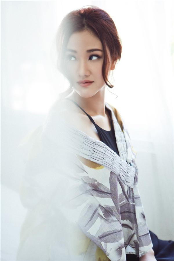 Chiếc váy tối màu kết hợp khăn choàng phá cách tạo nét duyên dáng, điệu đà tôn lênvẻ đẹp của người phụ nữ Á đông. - Tin sao Viet - Tin tuc sao Viet - Scandal sao Viet - Tin tuc cua Sao - Tin cua Sao
