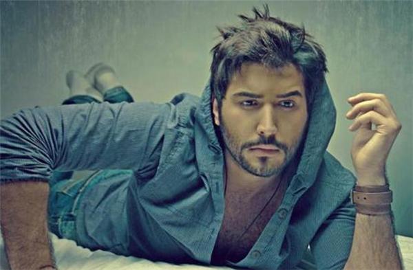 Kassar hiện đang là một diễn viên nổi tiếng bởi phong cách lịch lãm cùng vẻ đẹp quý ông quyến rũ.