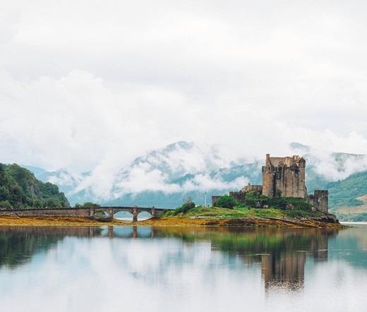 Ngắm nhìn từ góc độ này,lâu đài Eilean Donan ởScotland như xứ sở thần tiên bước ra từtruyện cổ tích. (Ảnh: IG @ali.horne)