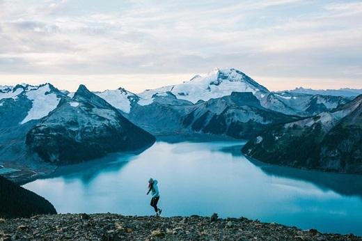 Đỉnh Panorama ở British Columbia khoác lên mình một màu xanh lạnh lẽo nhưng không xa cách.(Ảnh: IG @miraecampbell)