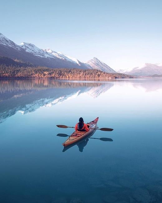 Phượt thủ Benjamin Everett tận hưởng khoảnh khắc thời gian nhưlắng đọng ở Alaska.(Ảnh: IG @benjamin)