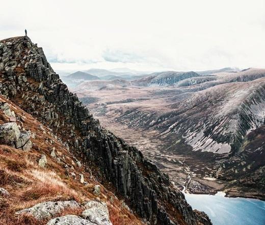 Ngắm nhìn núi đáSgòr Gaoithhùng vĩ, lạ mắt ở Scotland, chúng ta có thể hiểu vì sao nhiều phượt thủ lại nuôi mộng khám phá thiên nhiên châu Âu hoang dã đến vậy.(Ảnh: IG @stuart.laing)