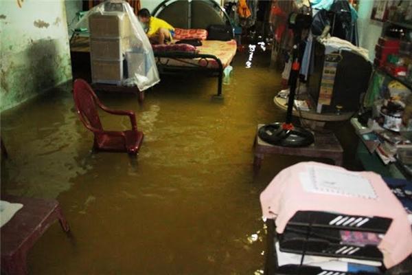 Nước tràn vào nhà khiến nhiều đồ đạc bị hư hỏng. Ảnh: NT