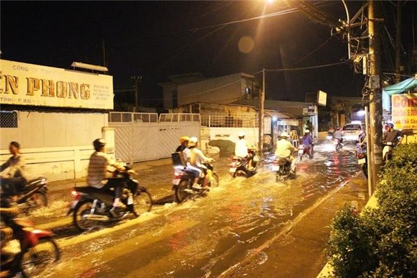 Triều cường gây ngập nặng, người dân Sài Gòn gặp khốn đốn