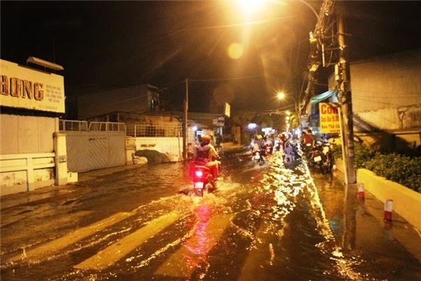 Hàng loạt tuyến đường chìm trong biển nước, khiến các phương tiện gặp rất nhiều khó khăn. Ảnh: NT