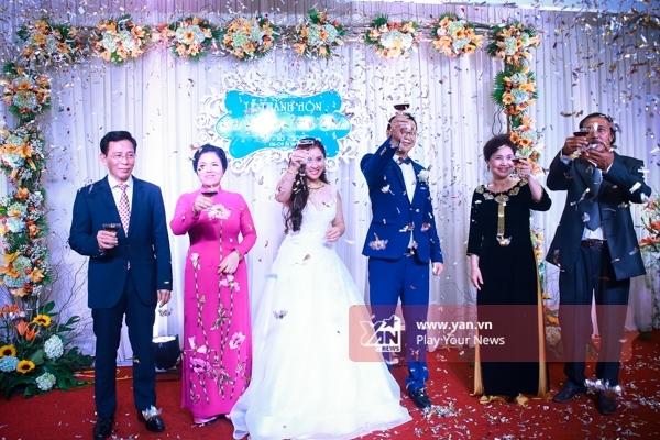 Top 3 Vietnam Idol 2012 chính thức theo chàng về dinh trong sự chúc mừng của người thân và bạn bè. - Tin sao Viet - Tin tuc sao Viet - Scandal sao Viet - Tin tuc cua Sao - Tin cua Sao