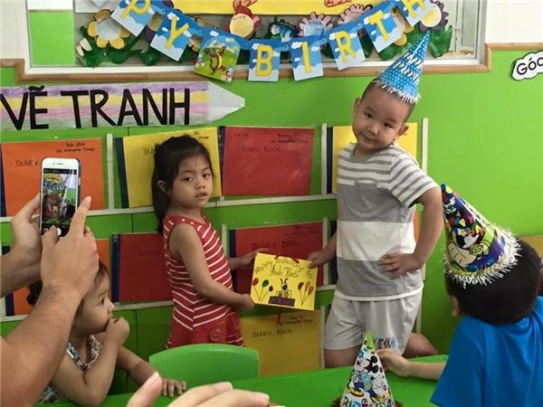 Mới đây Bé Su đã có bữa tiệc sinh nhật mừng 5 tuổi tại trường học. Cậu bé rất hòa đồng, vui vẻ với các bạn. - Tin sao Viet - Tin tuc sao Viet - Scandal sao Viet - Tin tuc cua Sao - Tin cua Sao