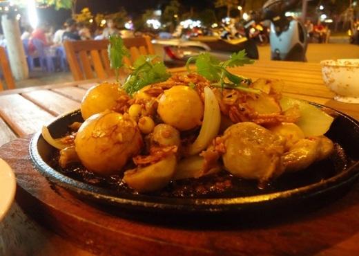 Là một trong cácmón mới gây sốt ở Sài Gòn trong mùa hè này, lòng gà trứng non trông cực kì ngon mắt với những quảtrứng non tròn, vàng ươm và luôn nóng hổi. Thưởng thức vị ngonvừa béo vừa thơm của trứngcùng một ít hành tây thì còn gì bằng.(Ảnh: Internet)