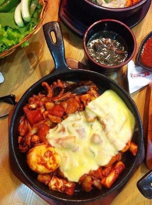 """Topokki có lẽ không còn xa lạ với người Sài Gòn nữanhưng một chút biến tấu với phô mai chắc chắn sẽ đưa món này """"sốt xình xịch"""" trở lại. Từng chiếc bánh gạo trắng ngần, dẻo dẻo mà lại được một lớp phô mai béo, hơi chua bao quanh, xen lẫn vị mặn và cay của nước sốt, nay các tín đồ ăn uống Sài Gòn lại có thêm lí do để thêm yêu ẩm thực Hàn Quốc.(Ảnh: Internet)"""