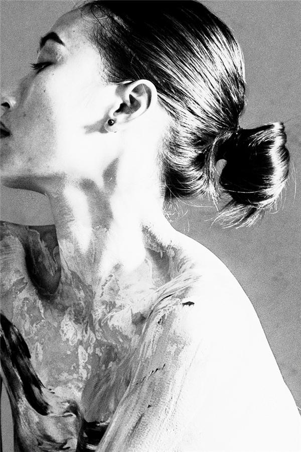 Vốn yêu thích hội họa nên Trang Khiếu đã tô điểm cho phần xương quai xanh bằng những mảng màu được trộn phối khá độc đáo. Mặc dù hòa vào mùa lễ hội ấn tượng nhưng qua đây chân dài này vẫn muốn truyền tải và thể hiện được vẻ đẹp hình thể cũng như sự xáo trộn, bâng khuâng trong tâm hồn của người phụ nữ.