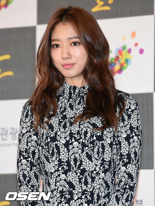 Park Shin Hye rạng ngời xuất hiện trên thảm đỏ.