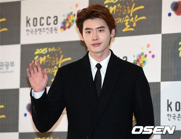 Lee Jong Suk khiến fan vỡ òa trong hạnh phúc khi xuất hiệncực điển trai sau thời gian dài vắng bóng.