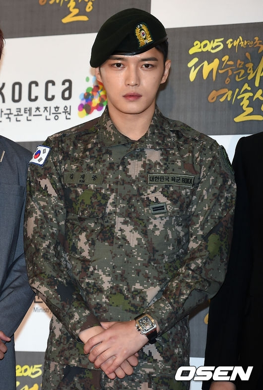 """Kim Jae Joong nhận về khá nhiều chỉ trích khi đặt quốc kì ngược trên tay áo. Sau sự cố hát sai quốc ca, hành động này của thành viên JYJ tiếp tục làm """"phật lòng"""" cư dân mạng."""