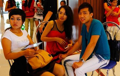 Bạn gái Trấn Thành lộ diện trước báo chí lần đầu tiên vào tháng 5/2012. Lúc đó,Trấn Thành đang làm MC cho chương trình Đồ rê mí. - Tin sao Viet - Tin tuc sao Viet - Scandal sao Viet - Tin tuc cua Sao - Tin cua Sao