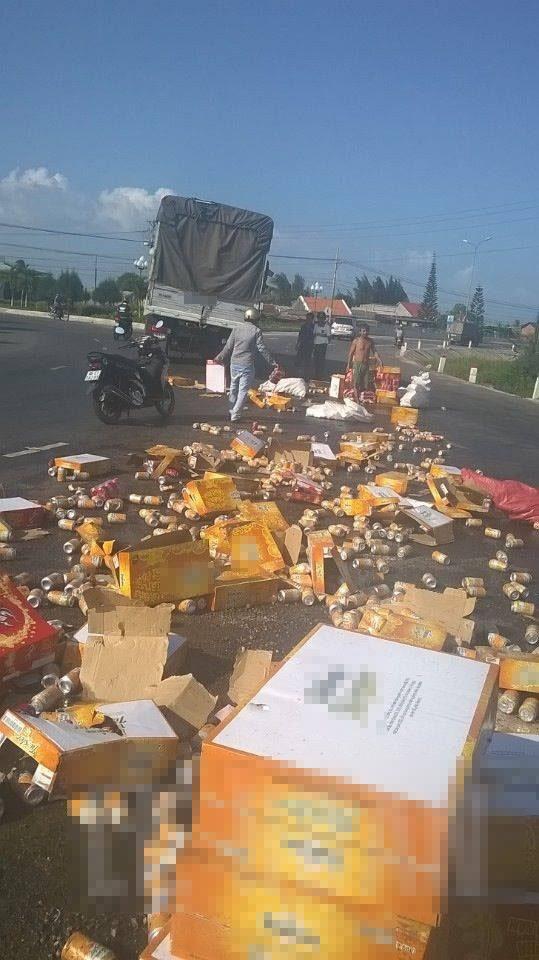 Hàng trăm thùng nước ngọt được người dân gom trả lại cho tài xế. Ảnh:FB
