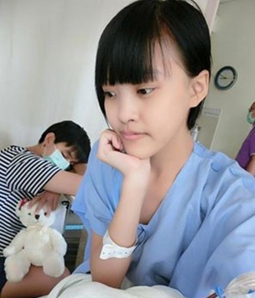 Chàng trailuôn túc trực bên cạnh giường bệnh, chăm sóc và trở thành điểm tựa để cô gái không phải lo sợ vì bất kì khó khăn nào nữa. (Nguồn: Internet)