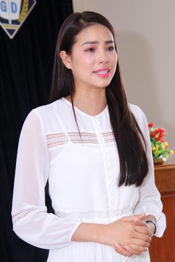 Hoa hậu Phạm Hương bật khóc nức nở khi về thăm trường tiểu học cũ - Tin sao Viet - Tin tuc sao Viet - Scandal sao Viet - Tin tuc cua Sao - Tin cua Sao
